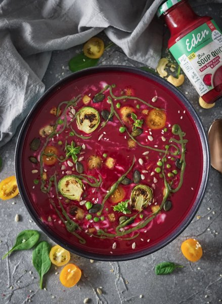 Rote Bete Suppe mit gebratenem Tofu und Gemüse